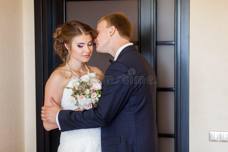 Novia de la reunión del novio y besarla imágenes de archivo libres de regalías