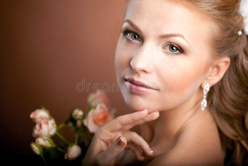 Novia de lujo con el peinado de la boda imagen de archivo