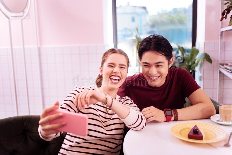 Novia de risa que hace el selfie memorable con su hombre imágenes de archivo libres de regalías