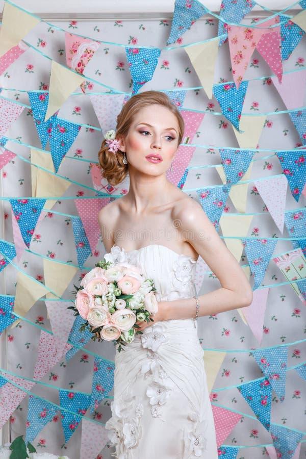 Novia El modelo de moda joven con compone, el pelo rizado, flores en pelo Moda de la novia Joyería y belleza Mujer en la alineada fotos de archivo