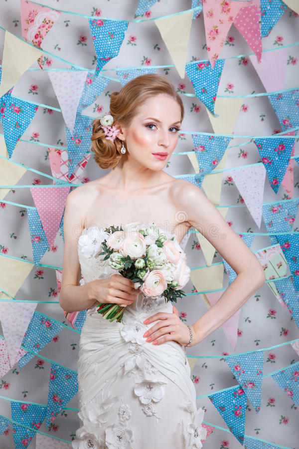 Novia El modelo de moda joven con compone, el pelo rizado, flores en pelo Moda de la novia Joyería y belleza Mujer en la alineada imágenes de archivo libres de regalías