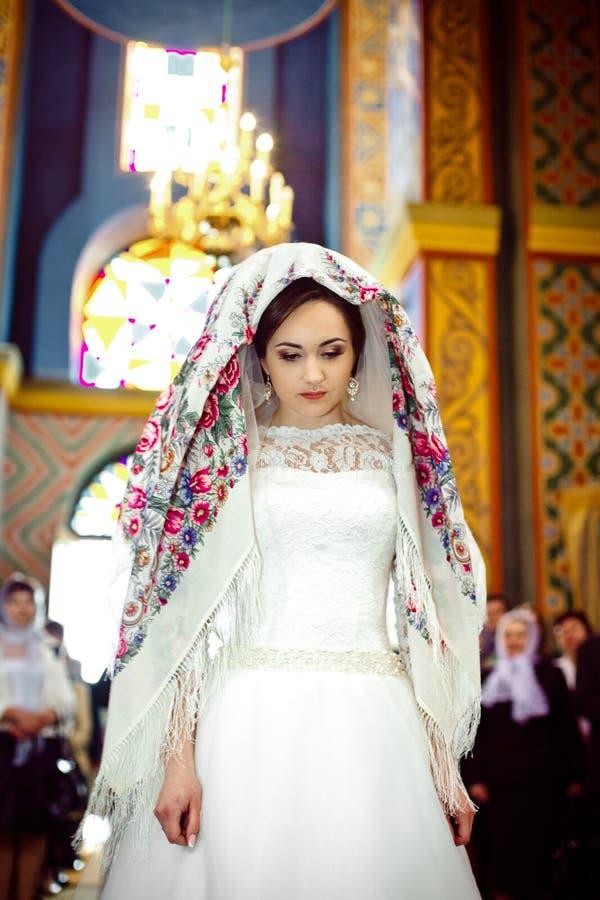 Novia Elegante Elegante Con El Pañuelo Floral En La Iglesia Vieja ...