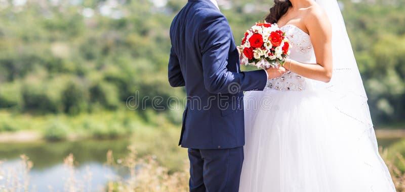 Novia elegante y novio felices hermosos, casandose celebraciones al aire libre fotos de archivo libres de regalías