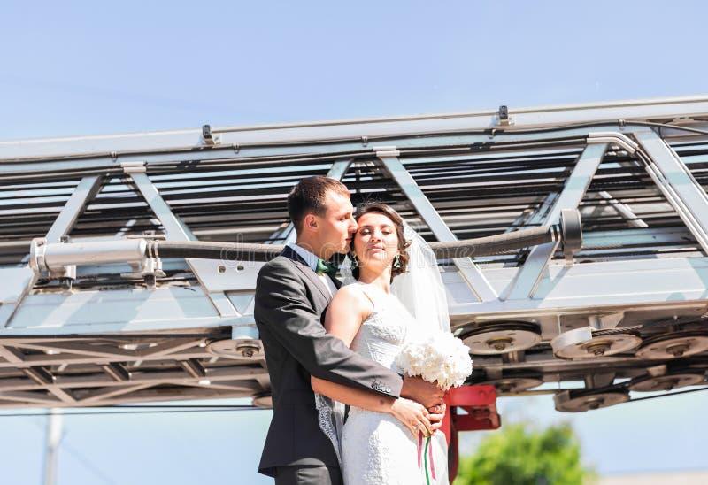 Novia elegante y novio felices hermosos, casandose las celebraciones al aire libre fotografía de archivo