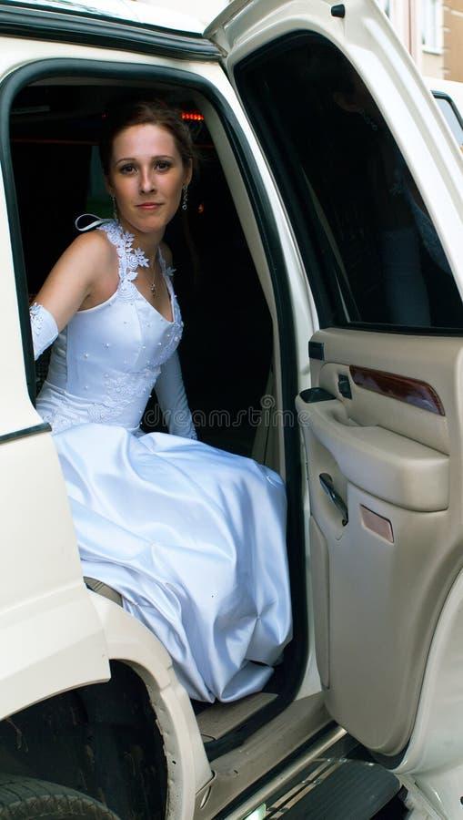 Novia en el coche fotografía de archivo