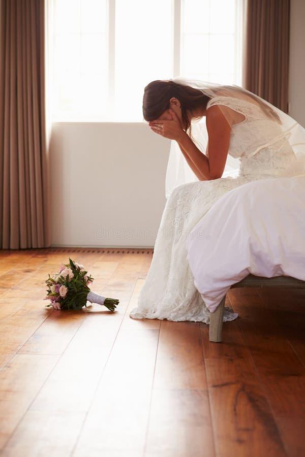 Novia en el dormitorio que tiene dudas antes de casarse fotos de archivo libres de regalías
