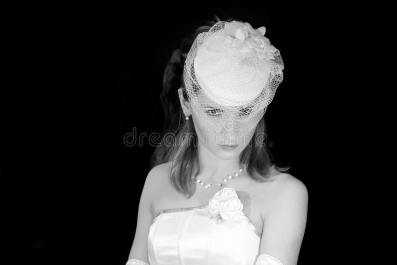Novia en el velo del sombrero de la boda, retrato nupcial de la moda, mujer hermosa foto de archivo