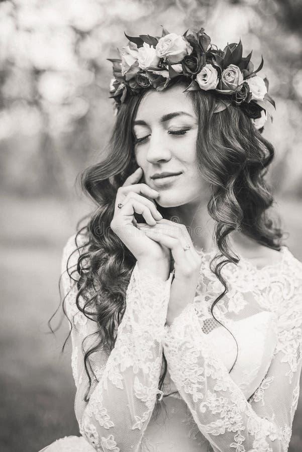 Novia en el vestido blanco en un jardín imágenes de archivo libres de regalías