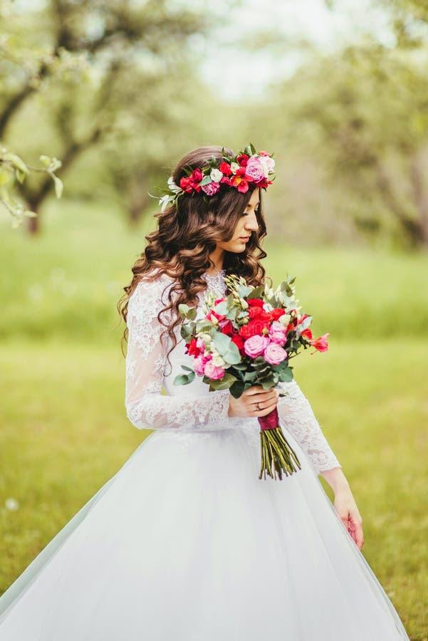 Novia en el vestido blanco en un jardín fotografía de archivo libre de regalías