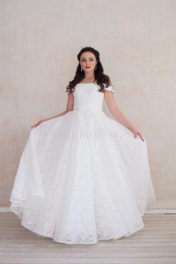 Novia en el vestido de boda blanco en una boda del roomf imagen de archivo libre de regalías