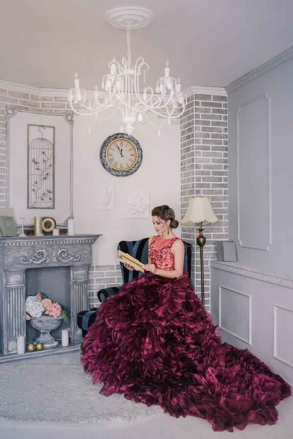 Novia en el vestido de boda violeta foto de archivo