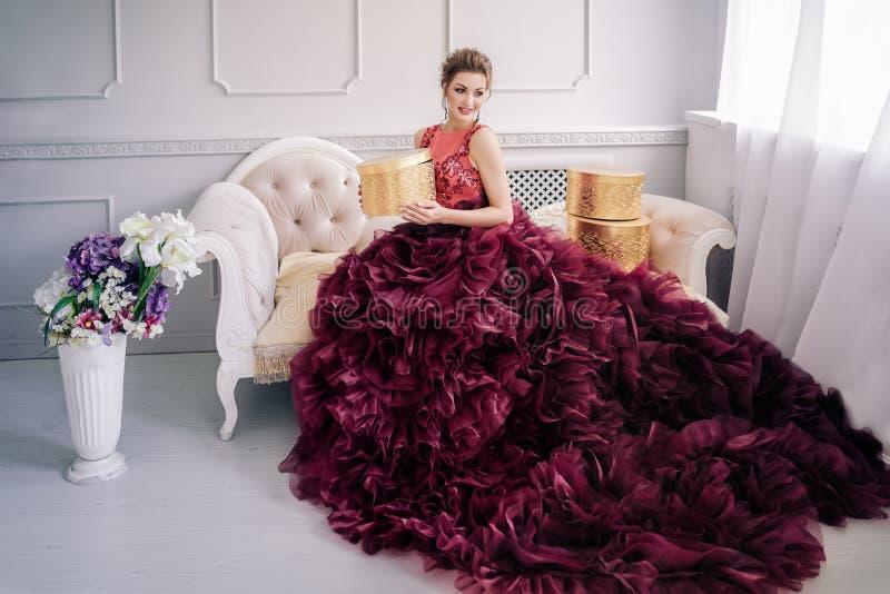 Novia en el vestido de boda violeta imágenes de archivo libres de regalías