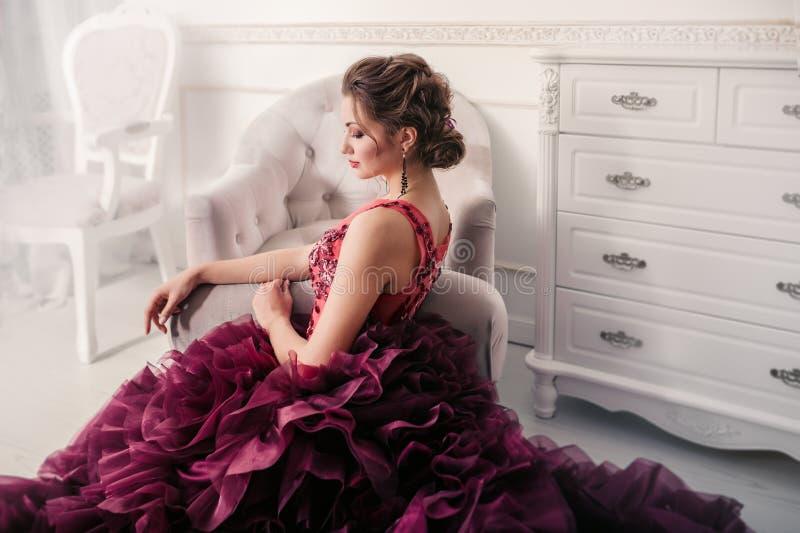 Novia en el vestido de boda violeta fotografía de archivo libre de regalías