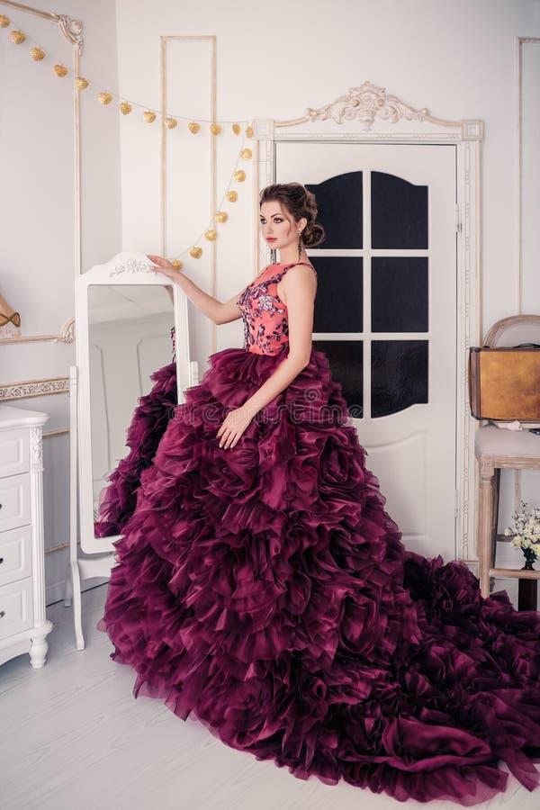 Novia en el vestido de boda violeta foto de archivo libre de regalías