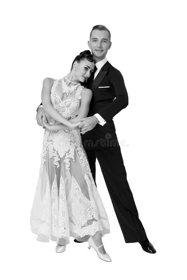 Novia en el vestido y el novio blancos en smoking Danza sensual de la mujer y del hombre Pares de los bailarines del salón de bai fotos de archivo