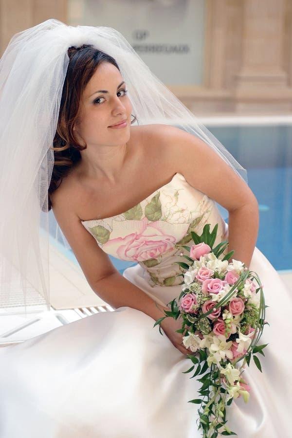 Novia en la alineada de boda blanca fotografía de archivo libre de regalías