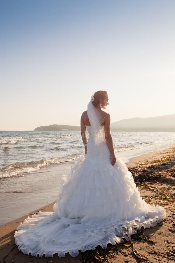 Novia en la playa fotos de archivo libres de regalías