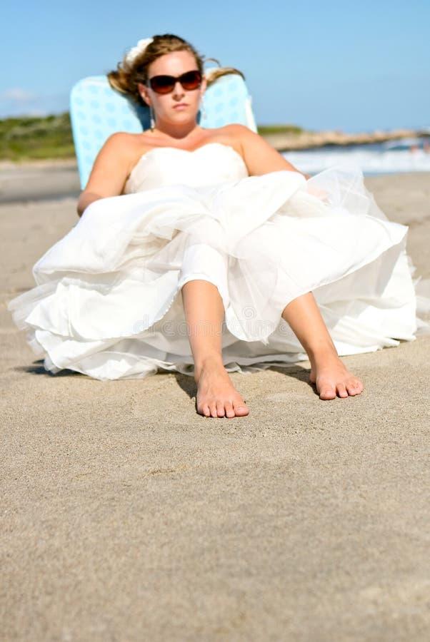 Novia en la playa imagenes de archivo