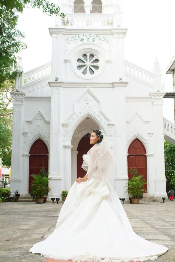 Novia en la puerta de la iglesia imagenes de archivo