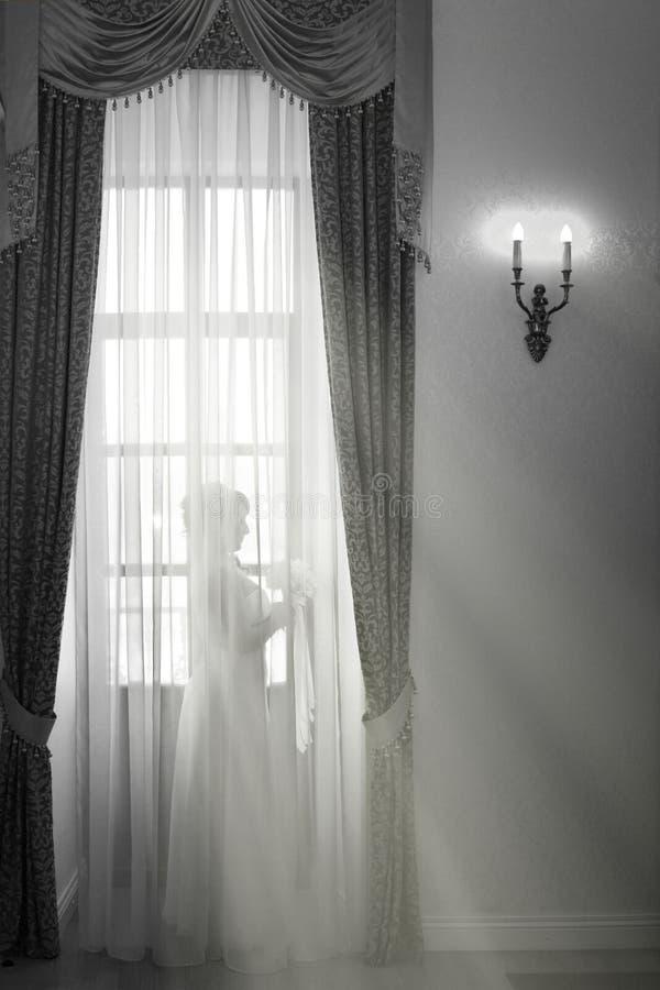 Novia en la ventana fotografía de archivo