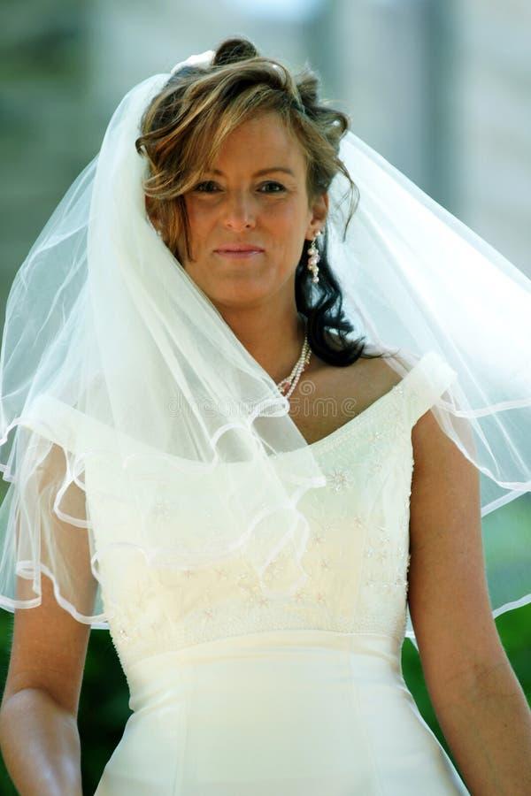 Novia en su alineada de boda imagenes de archivo