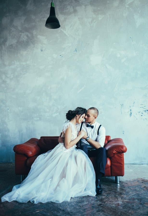 Novia en un novio del vestido de boda en pantalones y una camisa blanca imagen de archivo libre de regalías