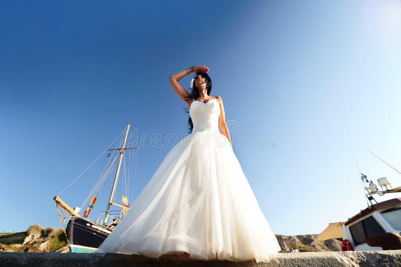 Novia en un puerto de Santorini imágenes de archivo libres de regalías