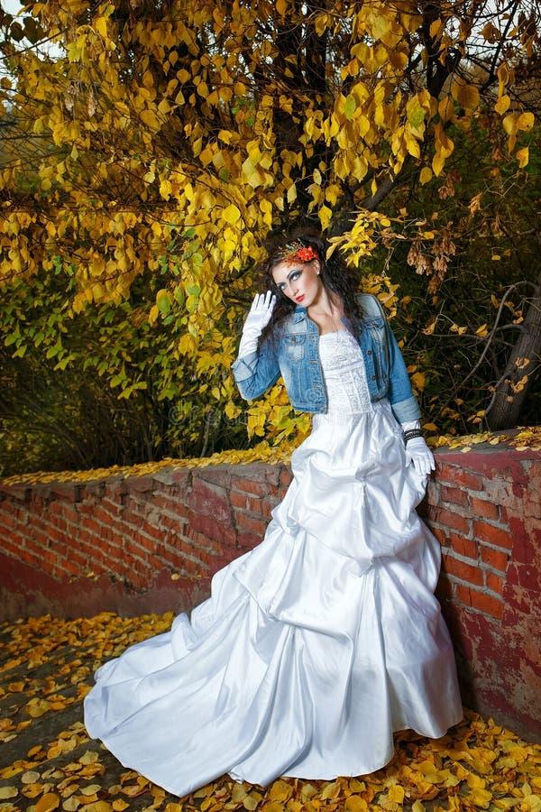 Novia en vestido de boda imagen de archivo libre de regalías