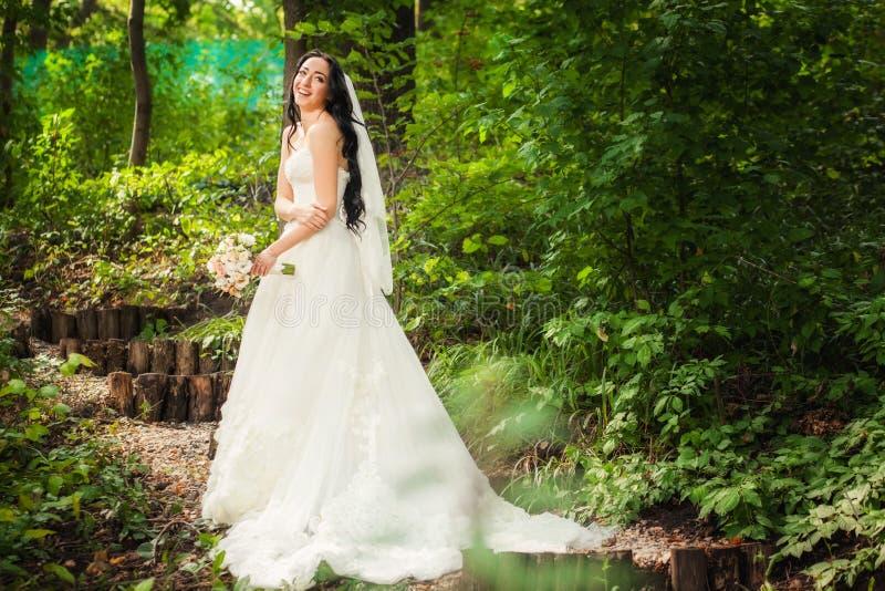Novia en vestido de boda en bosque imagen de archivo libre de regalías