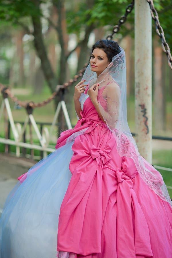 Novia en vestido de boda rosado foto de archivo