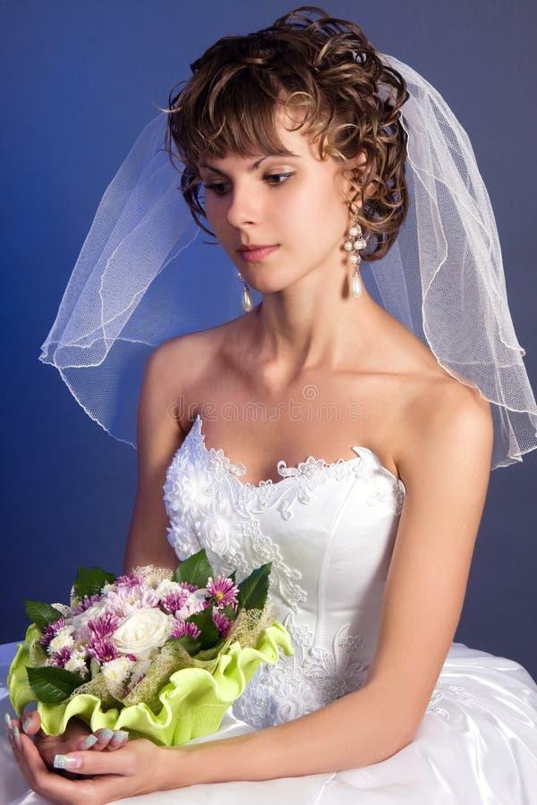 Novia encantadora joven con su ramo de la boda foto de archivo