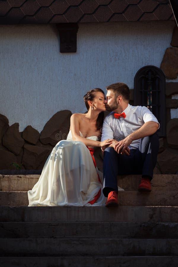 Novia europea y novio que se besan en el parque imagen de archivo