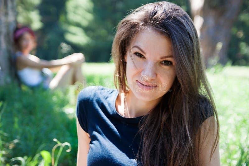Novia feliz al aire libre en el verano imagenes de archivo