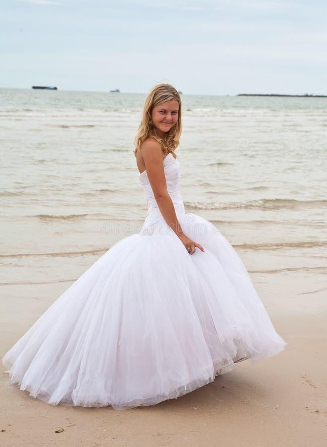 Novia feliz en una playa fotos de archivo