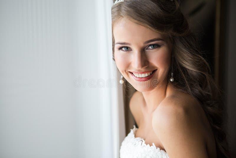Novia feliz que sonríe en la cámara fotos de archivo