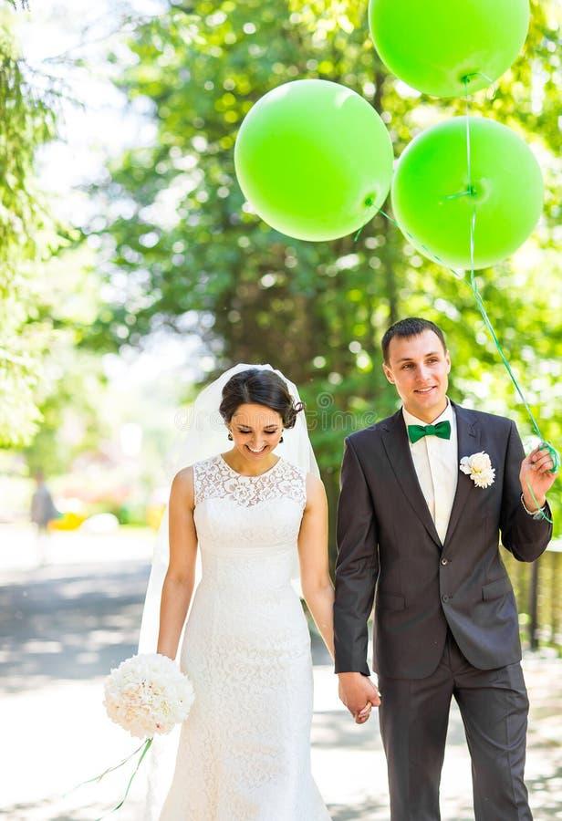 Novia feliz y novio al aire libre foto de archivo