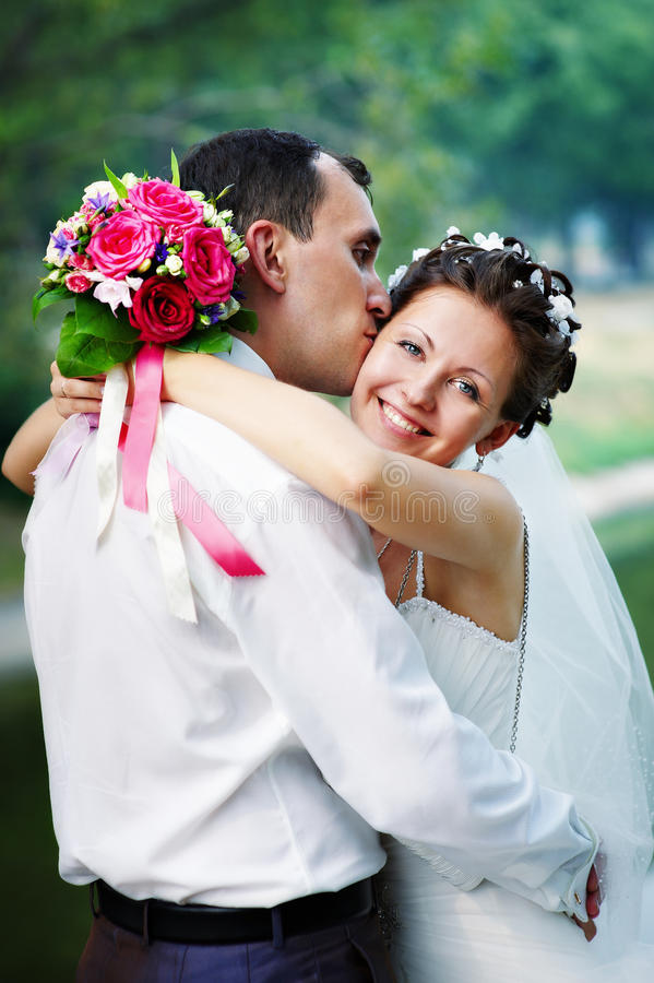 Novia feliz y novio del beso romántico imagenes de archivo