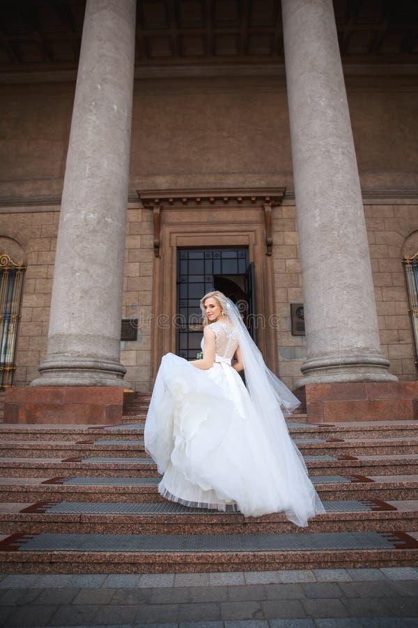Novia hermosa al aire libre novia con el ramo de flores al aire libre Novia hermosa que presenta en su día de boda foto de archivo libre de regalías