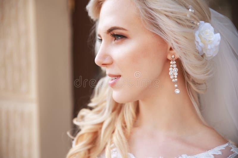 Novia hermosa al aire libre novia con el ramo de flores al aire libre Novia hermosa que presenta en su día de boda imagenes de archivo