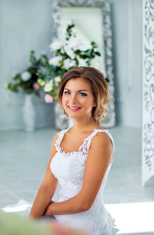 Novia hermosa, apacible en el vestido de boda blanco en sitio de lujo imagen de archivo libre de regalías