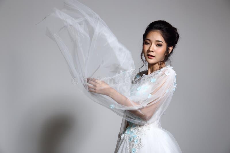 Novia hermosa asiática preciosa de la mujer en el vestido blanco w del vestido de boda foto de archivo