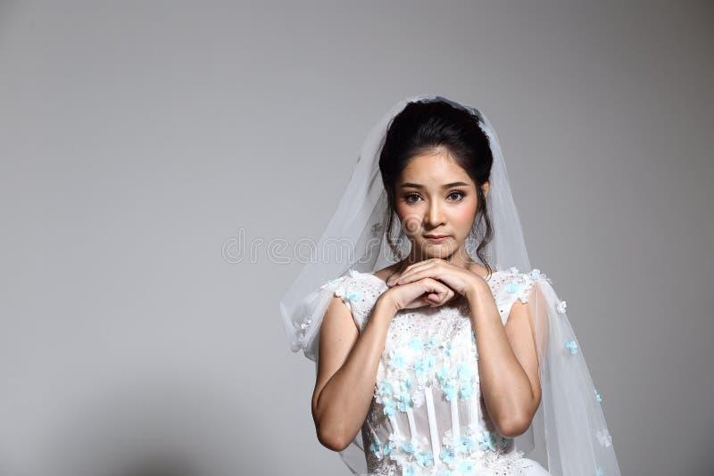 Novia hermosa asiática preciosa de la mujer en el vestido blanco w del vestido de boda fotos de archivo