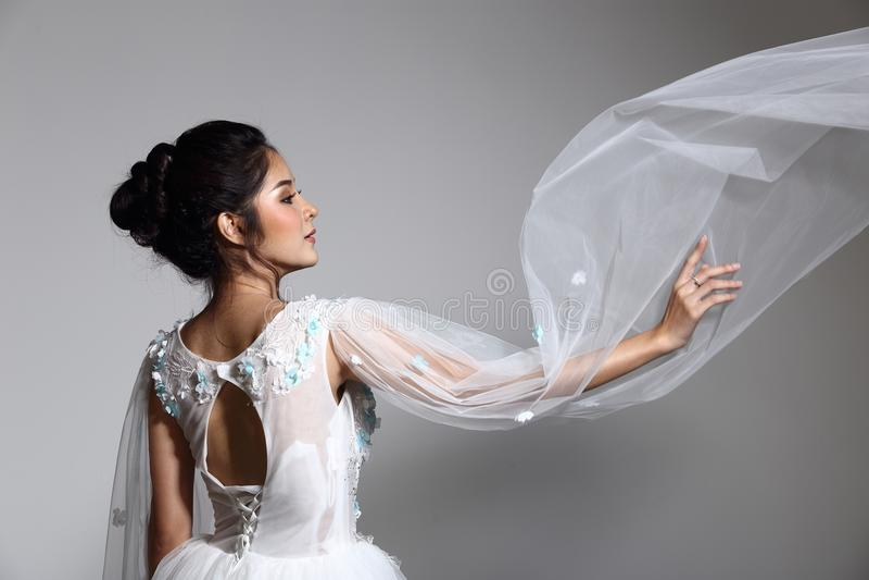 Novia hermosa asiática preciosa de la mujer en el vestido blanco w del vestido de boda imagen de archivo