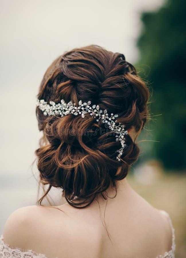 Novia hermosa con el peinado de la boda imágenes de archivo libres de regalías