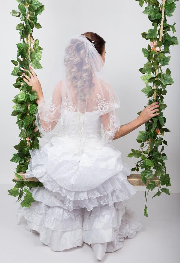 Novia hermosa con el peinado de la boda de la manera Retrato del primer de la novia magnífica joven boda Opinión posterior de la  imágenes de archivo libres de regalías