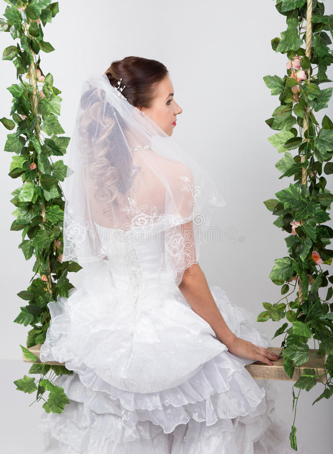 Novia hermosa con el peinado de la boda de la manera Retrato del primer de la novia magnífica joven boda Opinión posterior de la  imagen de archivo