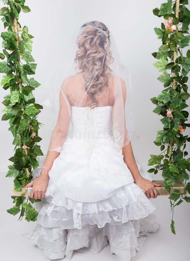 Novia hermosa con el peinado de la boda de la manera Retrato del primer de la novia magnífica joven boda Opinión posterior de la  fotos de archivo