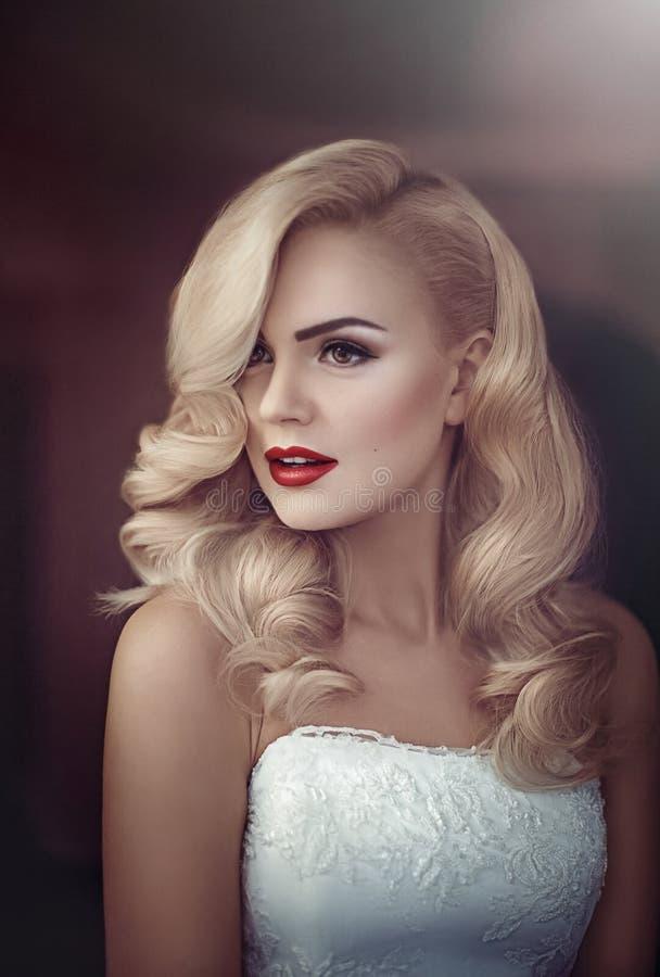 Novia hermosa con maquillaje con estilo foto de archivo