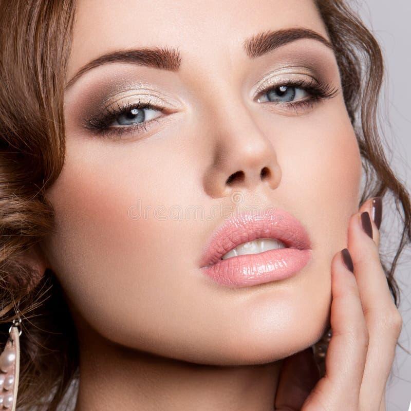 Novia hermosa con maquillaje y el peinado de la boda imagen de archivo libre de regalías