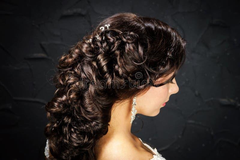 Novia hermosa con pelo-estilo de la boda de la moda foto de archivo